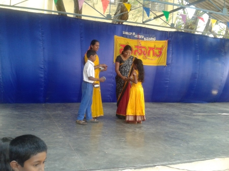 Chief Guest giving away the prizes for winners